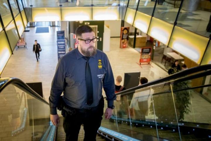 Guru Securityn palvelupäällikkö Jarno Kettunen tekee työvuoroon kuuluvan kierroksen kauppakeskus Iso Myyssä.