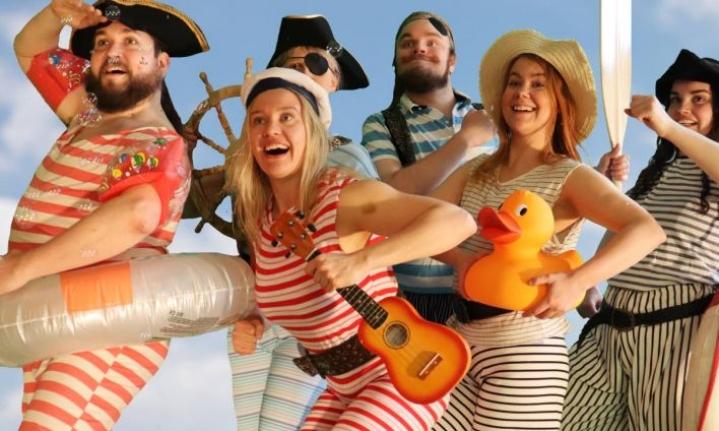 Merilusmuseikkailemassa ovat Piraatti-Mauri (Sami Nousiainen), Nenonen (Sara Vainikka), Pisara (Sanni Hirvonen), Hurja-Elmo (Iiro Tuovinen), Ruuti (Ella Törmikoski) ja Elina (Nina Wikström).