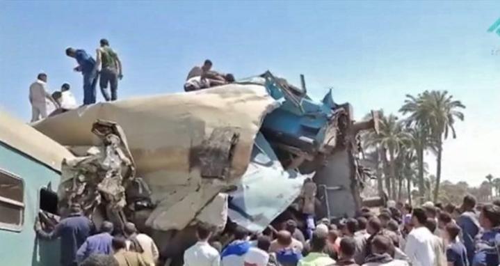 Paikan päällä kuvatusta materiaalista näkyy, miten useita vaunuja on suistunut kiskoilta. Uhrimäärä voi vielä nousta, sillä onnettomuuden laajuus ei ollut heti selvillä. LEHTIKUVA / AFP