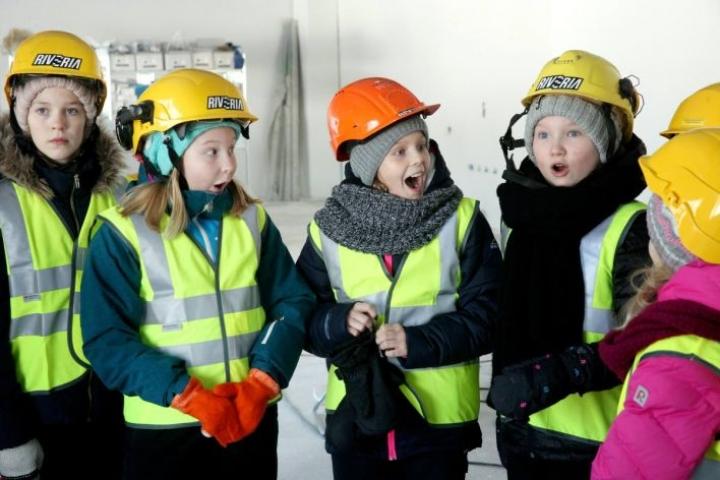 Enna Nuutinen (vas.), June Weckman, Linda Polari ja Ella Pikkarainen hihkuivat kuullessaan, mitä kaikkea pihaympäristöön on tulossa.