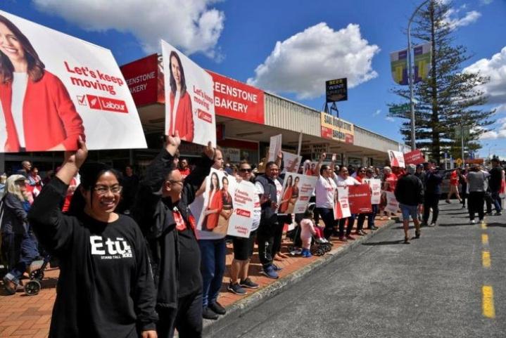 Pääministeri Jacinda Ardernin työväenpuolueen kannattajia perjantaina Aucklandissa. Maskeja ei näy, sillä Uudessa-Seelannissa ei ollut todettu koronavirustartuntoja moneen päivään.