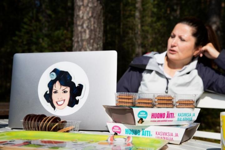 Huonon äidin luoja ja päätoimittaja Sari Helin vastailee kommentteihin ja täyttää blogiyhteisönsä toiveita. Sellaisesta syntyi Huonon äidin einesruoka. Työn alla on jo keittokirja.
