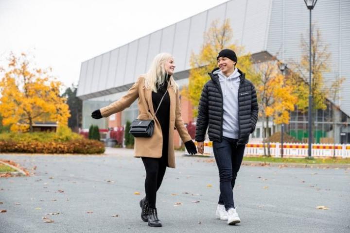 """Claudia Kärnä ja Valtteri Lipiäinen eivät kävele käsikkäin edes pyynnöstä. Taustalla Lipiäisen """"työmaa"""" Mehtimäen jäähalli."""