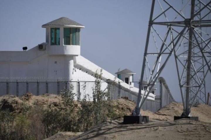 """Valvontateknologiaa käytetään laajasti esimerkiksi Xinjiangin alueella Luoteis-Kiinassa, jossa arviolta miljoona uiguuria ja muiden etnisten vähemmistöjen edustajaa on mielivaltaisesti suljettu """"uudelleenkoulutusleireille"""". LEHTIKUVA / AFP"""