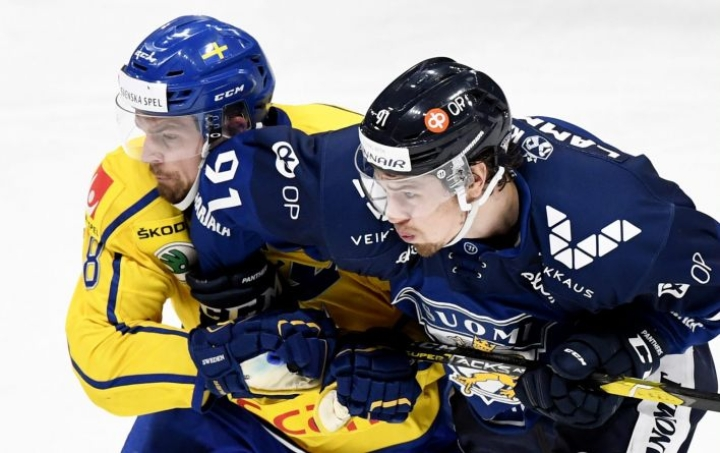 Ruotsin Anton Lander ja Suomen Juho Lammikko vastaikkain huhtikuussa Euro Hockey Challenge -ottelussa Helsingissä. LEHTIKUVA / VESA MOILANEN