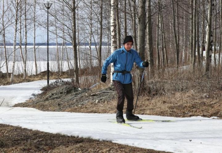 Omasta terveydestä huolehtiminen ja liikunta on auttanut suomalaisia jaksamaan koronapandemian tuomat poikkeusajat. Otto Mikkonen hiihteli huhtikuun alun lumilla viime keväänä Joensuun Laulurinteellä.