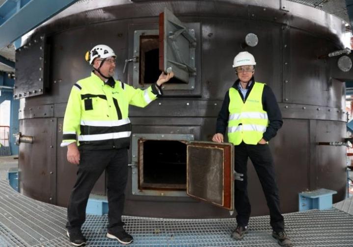 Projektipäällikkö Markku Joensuu ja liiketoimintajohtaja Jaakko Myllymäki ovat syystäkin täynnä ylpeyttä miljoonakiloisen aktiivihiiliuunin edessä.