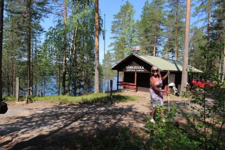 Merja Vähäkoski jäi juuri eläkkeelle ja leirintäalueen haravointi tuntui juuri sopivalle tavalle viettää hellepäivää.