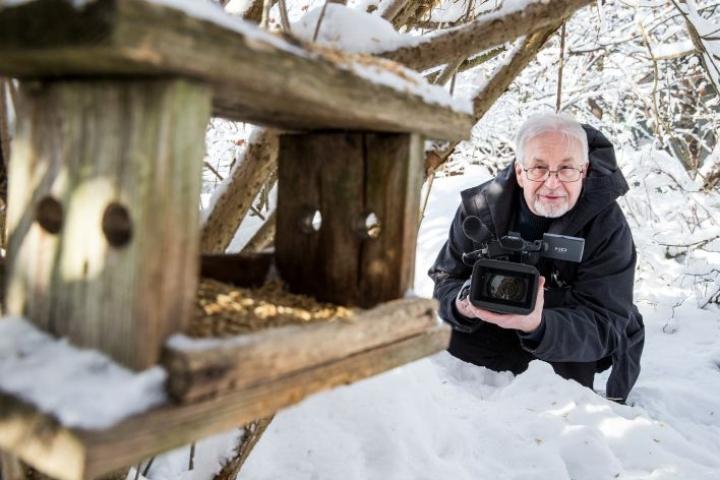 Veijo Vaakanaiselta onnistuu vaikka linturuokinnan filmaaminen.