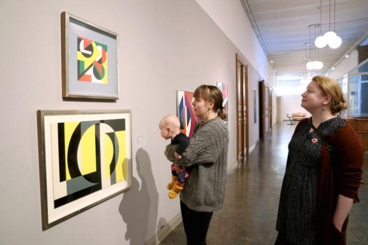 Nelikuinen Alli katselee mielellään taidetta äitinsä Aino Simolan sylistä. Maija Joensuulle taidemuseo Onni on tuttu paikka.