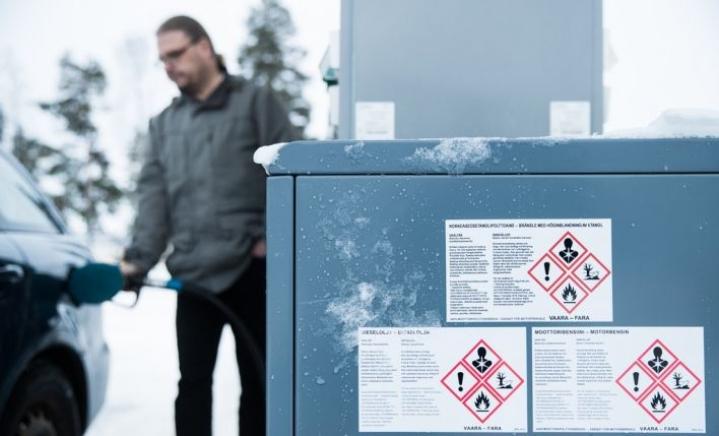 Mika Lappalainen ajaa jo toista bioetanoliautoaan. Hän perustelee valintaa ympäristösyillä.