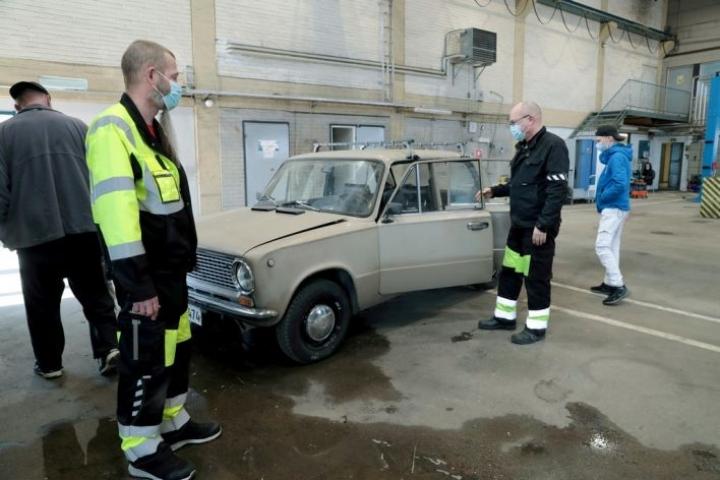 Ladan korjaaminen on ollut mieluisaa hommaa Joona Jaroselle (oik.), joka odottaa parhaillaan tuloksia pääsykokeista. Taitamon tekniikkatiimiä vetävät työvalmentajat Markku Puhakka ja Riku Kuikka.