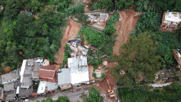 Pelastajat etsivät kadonneita Brasilian Belo Horizontessa. LEHTIKUVA / AFP
