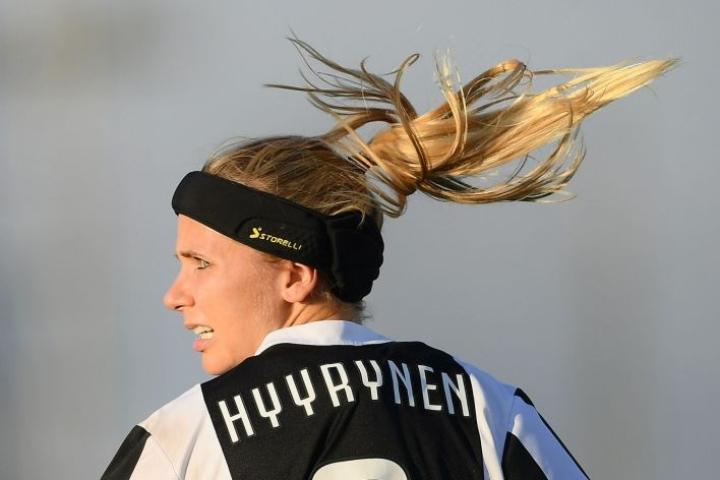 Tuija Hyyrynen pelaa Juventuksessa. Lehtikuva/AFP