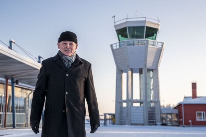 Eventio Groupin toimitusjohtaja Ilpo Pohjola matkustaa välillä töihin Kaarinaan. Korona-aikana työt hoituvat etänä, mutta Pohjola toivoo, että korona hellittää ja työmatkoja tekeville tärkeät lennot käynnistyvät normaalisti Joensuusta Helsinkiin.