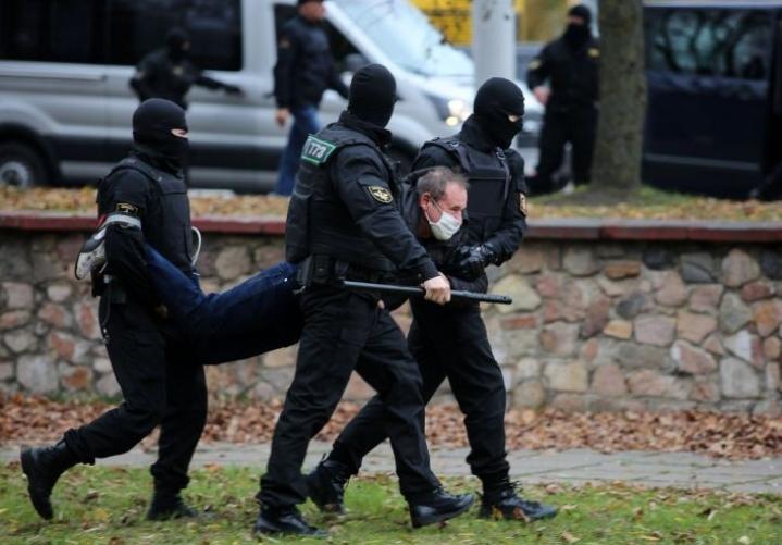 Valko-Venäjällä otettiin kiinni sunnuntaina toista sataa ihmistä, ihmisoikeusjärjestö Vjasna kertoi. LEHTIKUVA / AFP / STRINGER