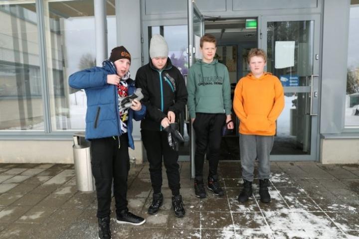 Kuudesluokkalaiset Ville Laine (vas.) Niklas Nokelainen, Niilo Pelli ja Roope Tukiainen noudattavat koulun koronaohjeita ja tapaavat toisiaan tutussa porukassa.