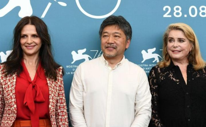 Hirokazu Kore-edan (keskellä) uudessa elokuvassa diivamaista äitiä esittää Catherine Deneuve (oik.) ja tämän tytärtä Juliette Binoche (vas.). LEHTIKUVA/AFP
