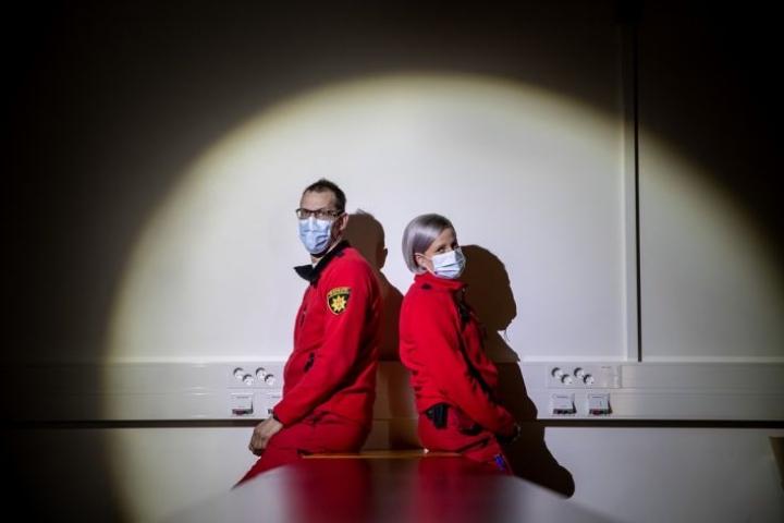 Ensihoitajat Heikki Kärki ja Elina Silvennoinen toimivat tarvittaessa Pohjois-Karjalan pelastuslaitoksen defusing-ohjaajina. Defusing on koettu tarpeelliseksi, jotta ikävät kokemukset työtehtävissä eivät jää painamaan mieltä liiaksi.