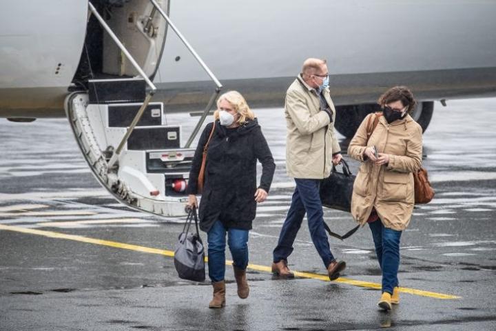 Tiina Haimila (vas.) ja Elise Partanen lensivät Joensuuhun töiden vuoksi. Haimila oli unohtanut hanskat kotiin.