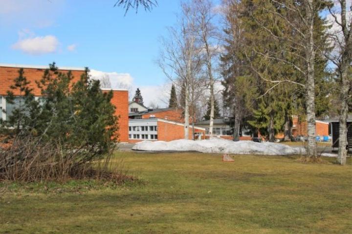 Tietäväisen koulukeskus jäi myymättä. Kuvassa vasemmalla entinen lukio, takana entinen yläkoulu ja kirjasto.