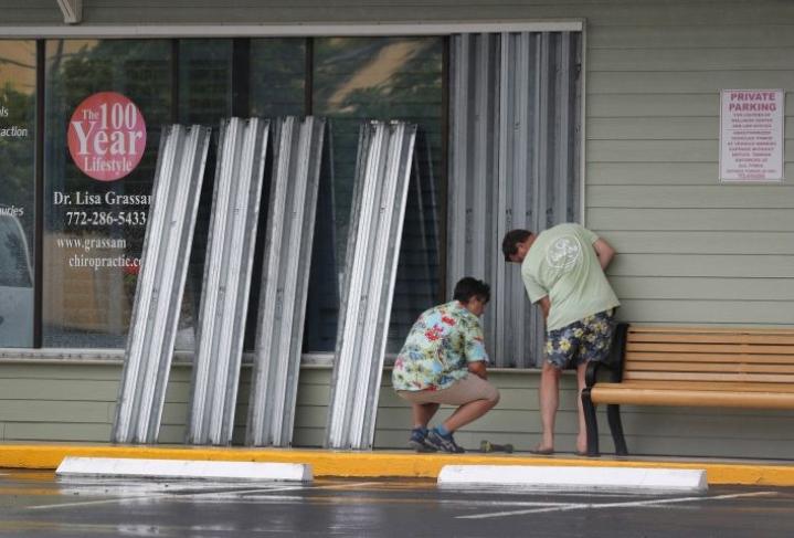 Yhdysvaltain kansallisen hurrikaanikeskuksen mukaan myrskyn odotetaan aiheuttavan ainakin äkkitulvia paikoin Floridassa ja se kehotti ihmisiä kiirehtimään myrskyvalmistelujen kanssa. LEHTIKUVA/AFP