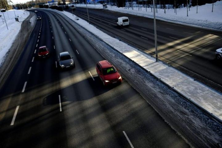 Vastaajista 4,8 prosenttia koki tieliikennemelun arjessaan hyvin häiritseväksi, ja lähes yhtä moni, 4,5 prosenttia, sanoi näin lähinaapureiden aiheuttamasta melusta. LEHTIKUVA / ANTTI AIMO-KOIVISTO