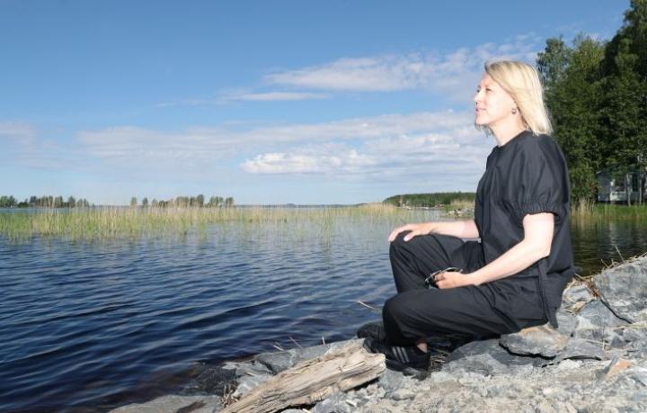 Muodintutkimuksen professori Annamari Vänskä on viettynyt lapsuutensa ja nuoruutensa Joensuussa. Hän muistelee lämmöllä hiihtoretkiä, jotka suuntautuivat taustalla näkyvälle Pyhäselälle.