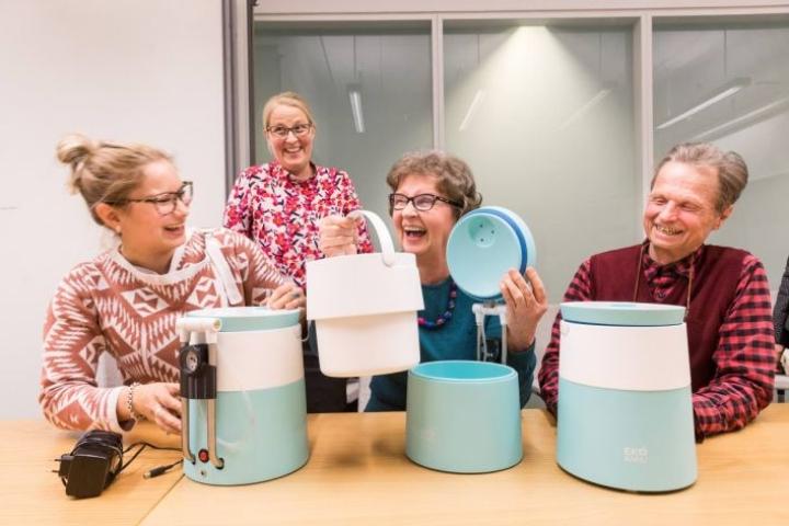 Ekokamua pääsivät testaamaan joensuulaiset Riikka Simonen (vas.) ja Maija sekä Matti Pasanen. Innovaatiojohtaja Annukka Pakarinen (takana) antaa käyttöohjeita.