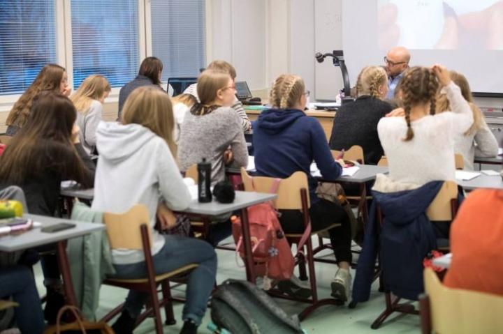 Yliopistojen kielikeskusten johtajat katsovat, että pohjaa ruotsin kielen osaamiselle rapautetaan jo koulussa.