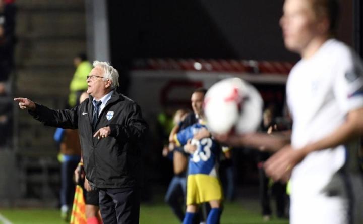 Päävalmentaja Hans Backe jakoi ohjeita Suomen ottelussa Kosovoa vastaan Turussa 5. syyskuuta. LEHTIKUVA / JUSSI NUKARI