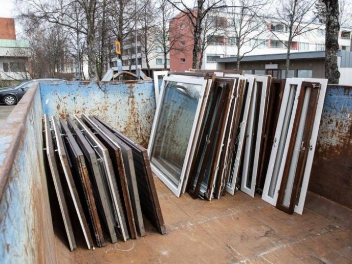 Vanhoille ikkunoille löytyy toisinaan kiinnostuneita ottajia. Lasille löytyy uutta käyttöä myös siinä tapauksessa, että ne päätyvät lasimurskeeksi.
