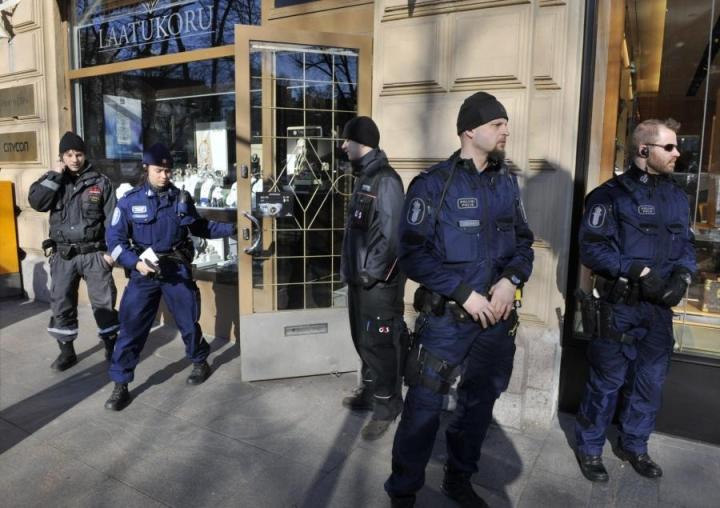 Poliiseja ryöstetyn koruliikkeen edustalla Helsingissä maaliskuussa 2012. LEHTIKUVA / JUSSI NUKARI