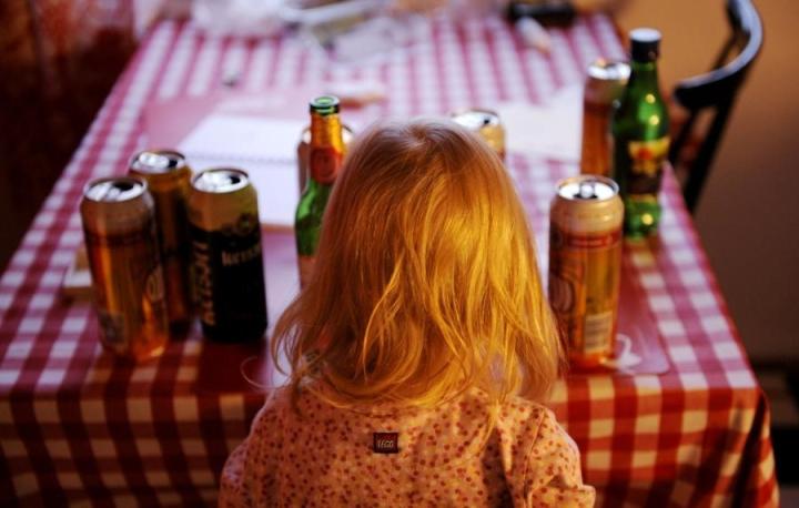 THL:n tutkimuksen mukaan moni lapsi asuu päihdeongelmaisen vanhemman kanssa. LEHTIKUVA / Antti Aimo-Koivisto