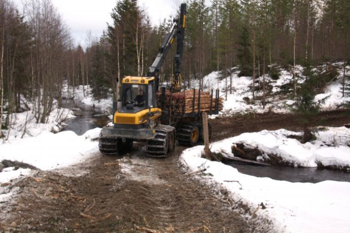 Pienetkin purot virtaavat vapaina tulvien. Heikki Tiainen tuomassa kuitupuukuormaa laaniin.