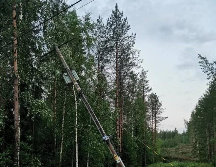 Sähkölinjaa kaatui esimerkiksi Uimaharjun Ukkolassa.