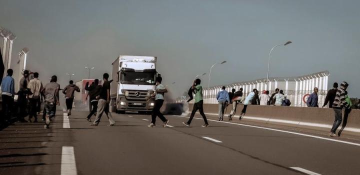 Pakolaiset ja siirtolaiset pyrkivät Britanniaan muun muassa rekkojen kyydissä. LEHTIKUVA/AFP