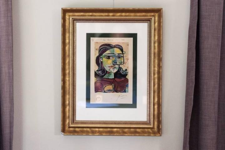 Pablo Picasson ja muiden tunnettujen taiteilijoiden töistä otettuja tulosteita on myyty ympäri Suomen kehystettyinä näyttävästi.