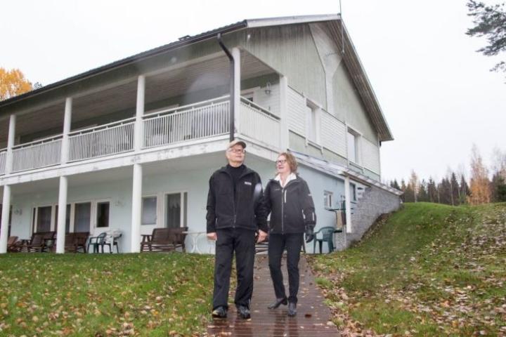 Aurinkorinteen huljakankokoinen lomatalo on rakennettu rinnepellolle. Helka ja Tapio Karvonen kertovat, että isot tilat vetävät erilaisten juhlien pitäjiä.