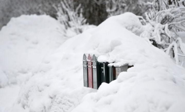 Postilaatikko kannattaa putsata lumesta, jos haluaa saada siihen lähetyksiä. LEHTIKUVA / VESA MOILANEN