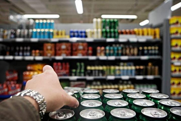Kaikkein miedoimpien, eli alle 2,8-prosenttisten alkoholijuomien hinta nousee veronkorotusten takia eniten ensi vuoden alussa.
