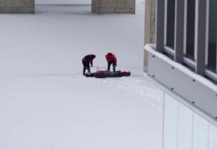 Ruumis löytyi Pielisjoen jäältä lauantaiaamuna. Lukijan kuva.