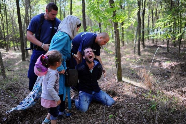 Viranomaiset pidättivät siiirtolaisperheen isän Unkarin Röszkessä lähellä Serbian rajaa elokuun lopulla. LEHTIKUVA/AFP