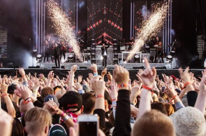 Cheekin kaltaiset artistit ovat nostaneet suomalaisten festivaalien lipun hintoja. Kuva Ilosaarirockista Cheekin keikalta vuonna 2016.