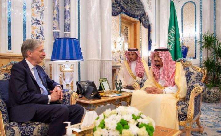 """Aramcon listautumisesta pörssiin on huhuttu jo jonkin aikaa. Heinäkuussa Britannian edellisen hallituksen valtiovarainministeri Philip Hammond keskusteli Saudi-Arabian kuningas Salmanin kanssa tavoista, joilla """"taloudellista ja finanssiyhteistyötä voisi vahvistaa"""". LEHTIKUVA/AFP"""