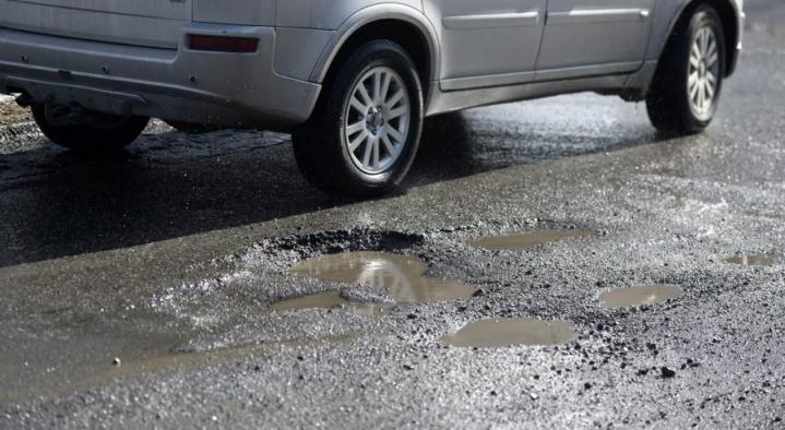 Miten paha kuoppa valtion maantiessä pitää olla, jotta autoilija olisi oikeutettu korvauksiin autolle syntyneistä vahingoista? LEHTIKUVA / HEIKKI SAUKKOMAA