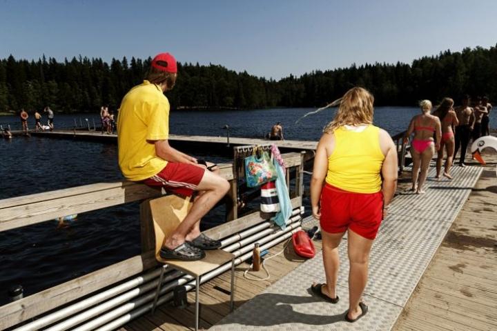 Uimavalvojat huolehtivat turvallisuudesta Kuusijärvellä Vantaalla kesällä 2020. LEHTIKUVA / RONI REKOMAA
