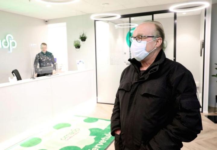 Reijolassa asuva Jorma Kervinen on tyytyväinen, että pankkiin pääsee asioimaan.