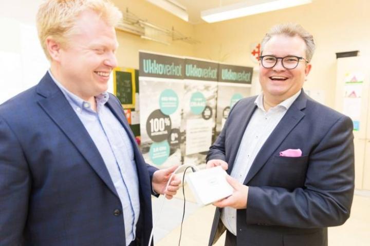 Salokylän koululla Liperissä perjantaina Ukkonet-yhteyttä kävivät esittelemässä johtaja Antti Pehkonen sekä langattoman liiketoiminnan johtaja Jukka Niiranen.