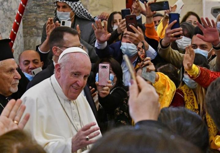 Paavi Franciscus vieraili sunnuntaina Irakin kiertomatkallaan Mosulissa, missä hän vetosi Lähi-idän kristittyihin, etteivät nämä jättäisi kotimaitaan. LEHTIKUVA/AFP